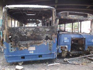Unidades incendiadas en la sede de transporte de la UCV